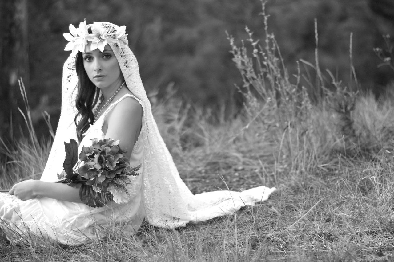 Свободное ниспадающее платье, шарф и стилизованные под старину украшения - boho chic - для невесты творческой...