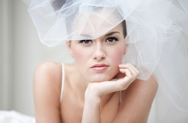 pretty bridal make up and pouffy veil