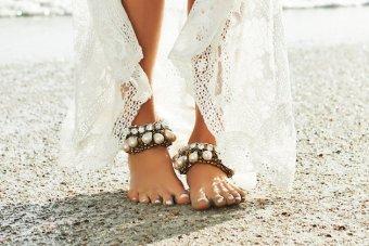 Swoon-worthy Trend Alert! Barefoot Beach Brides