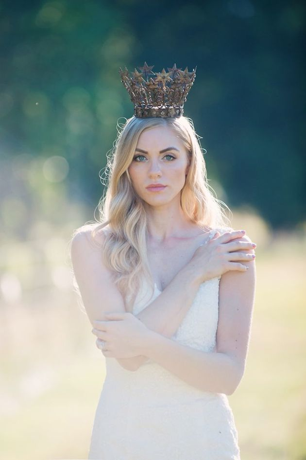 Wedding-Crowns-Regal-Bridal-Trend-Bridal-Musings-Wedding-Blog-4