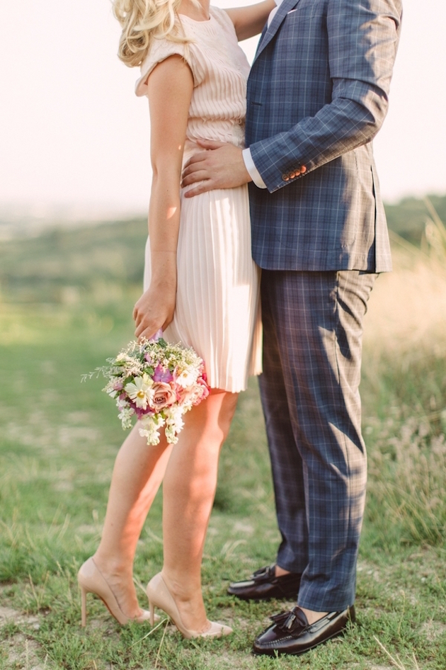 20-Non-Cheesy-Poses-for-Your-Engagement-Shoot-Bridal-Musings-Wedding-Blog-3-630x946
